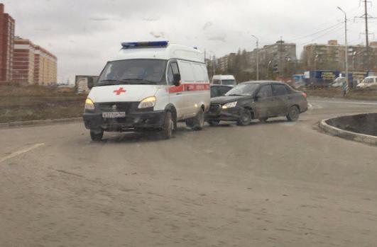 В Саратове иномарка врезалась в машину скорой помощи