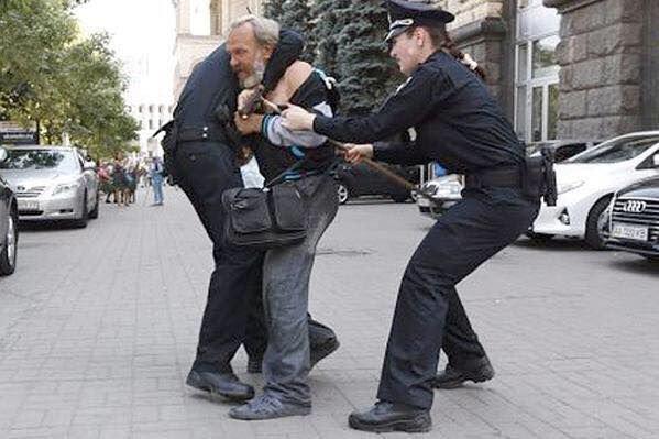 В Ростове бомж напал на медиков скорой помощи