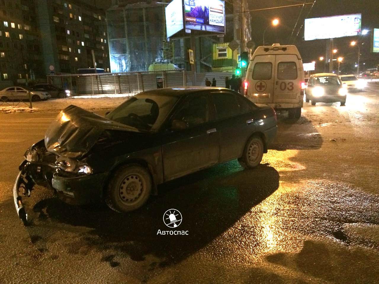 В Новосибирске иномарка протаранила скорую помощь