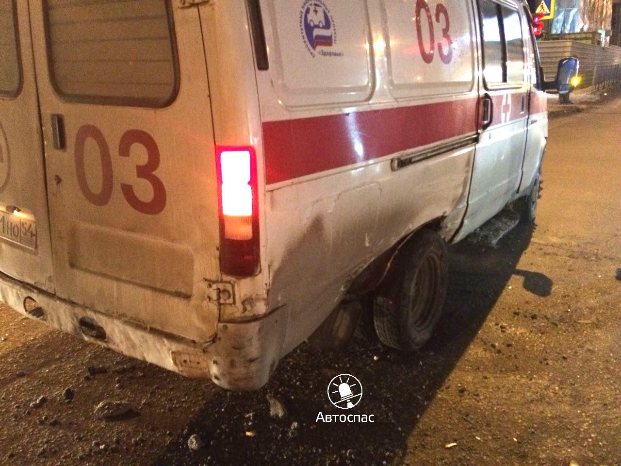 В Калининском районе Новосибирска 19 ноября после 21.00 часов вечера иномарка протаранила скорую помощь. По данным автомобильного приложения Автоспас, ДТП произошло на перекрёстке улиц Ипподромская и Кропоткина, когда машины двигались во встречном направлении.