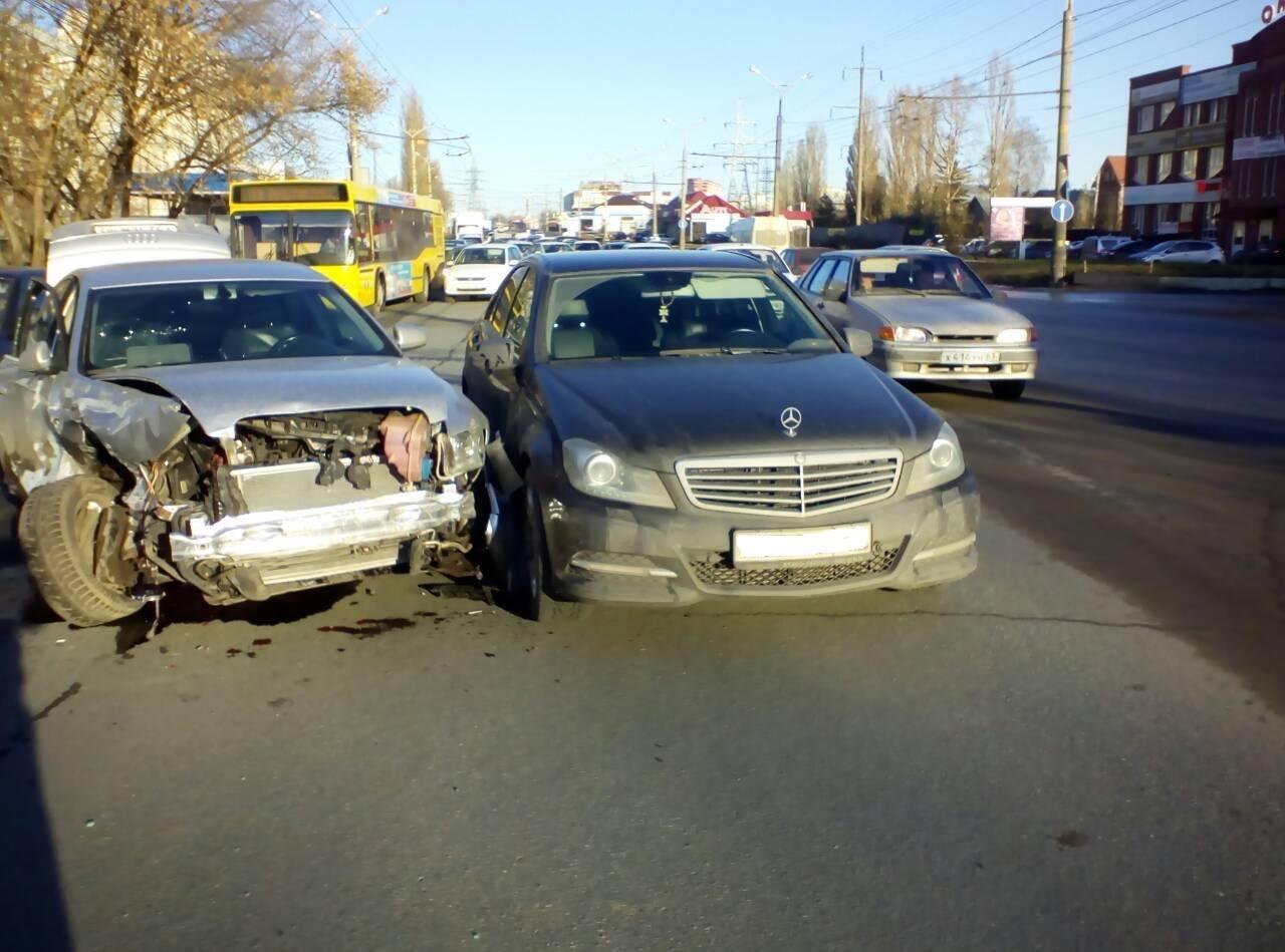 В Тольятти 16 ноября в 9:50 на Автозаводском шоссе в районе выезда от детской больницы произошло крупное ДТП с участием автомобиля скорой помощи. Об этом сообщил директор Центра гражданской защиты Тольятти Андрей Дербенев, передаёт 63.ru. По его информации, в карету скорой помощи на скорости влетела иномарка. В это время в салоне находились четыре человека: водитель, два медика и пациент. Они получили различные телесные повреждения. Кроме того, пострадал водитель иномарки.