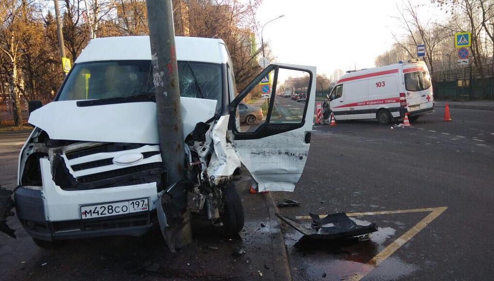 В Москве школьный автобус врезался в скорую