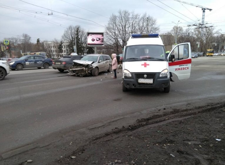 Иномарка протаранила «скорую» в Ижевске: пострадал один человек