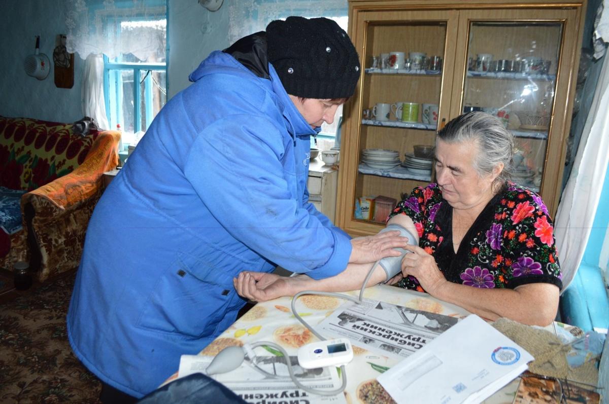 В омском Минздраве объяснили, почему почтальон бесплатно работала за фельдшера