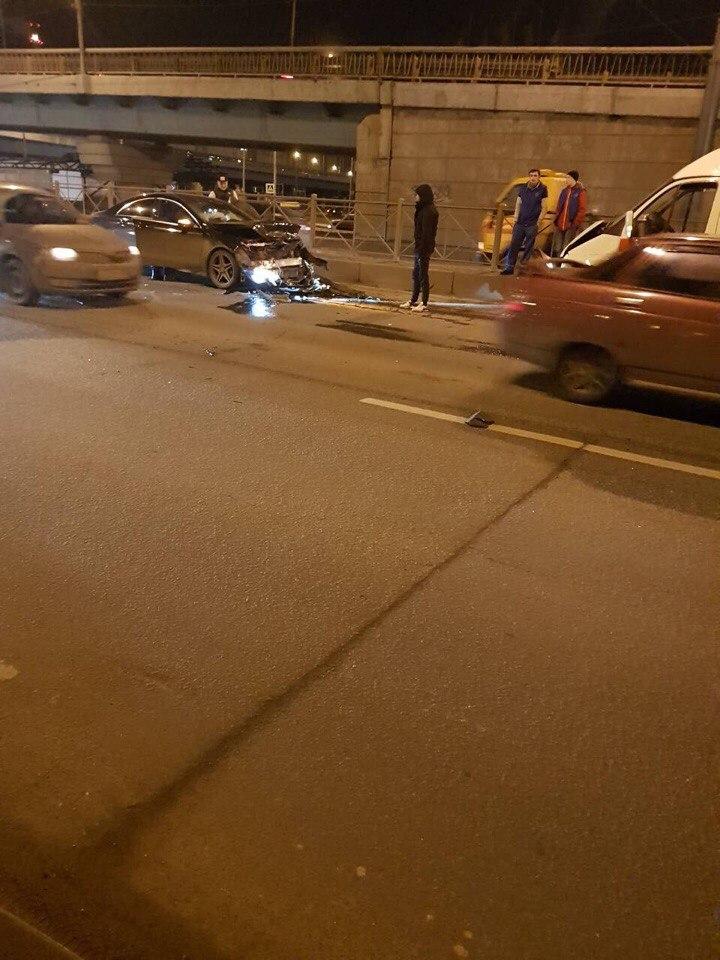 28 ноября в районе 19.00 часов вечера в Санкт-Петербурге произошла авария с участием иномарки и машины скорой помощи. У дома 52 по Пискаревскому проспекту ГАЗель столкнулась с Мерседесом.