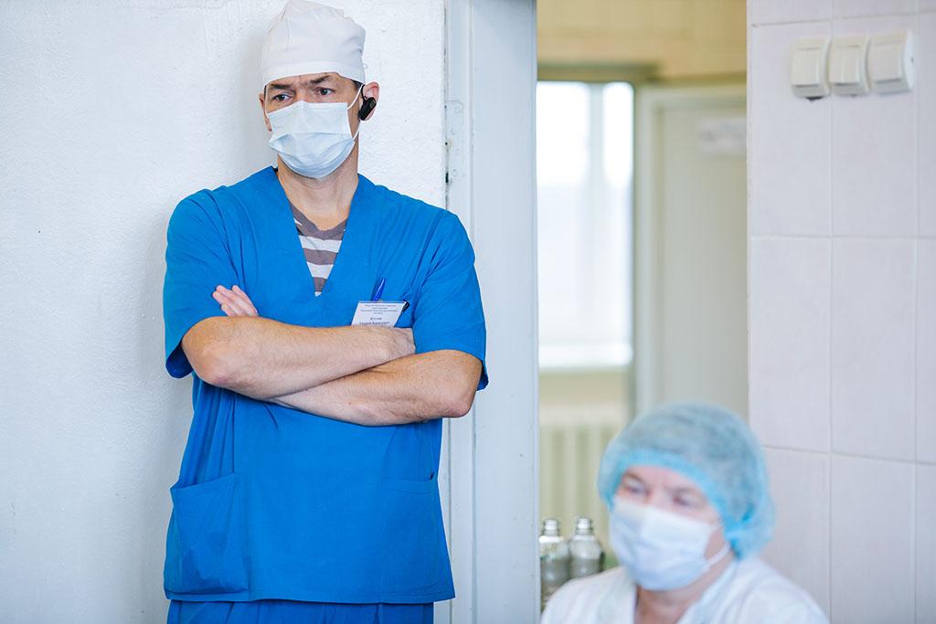 В Ульяновской области пациент избил дежурного врача и нанес резаную рану хирургу