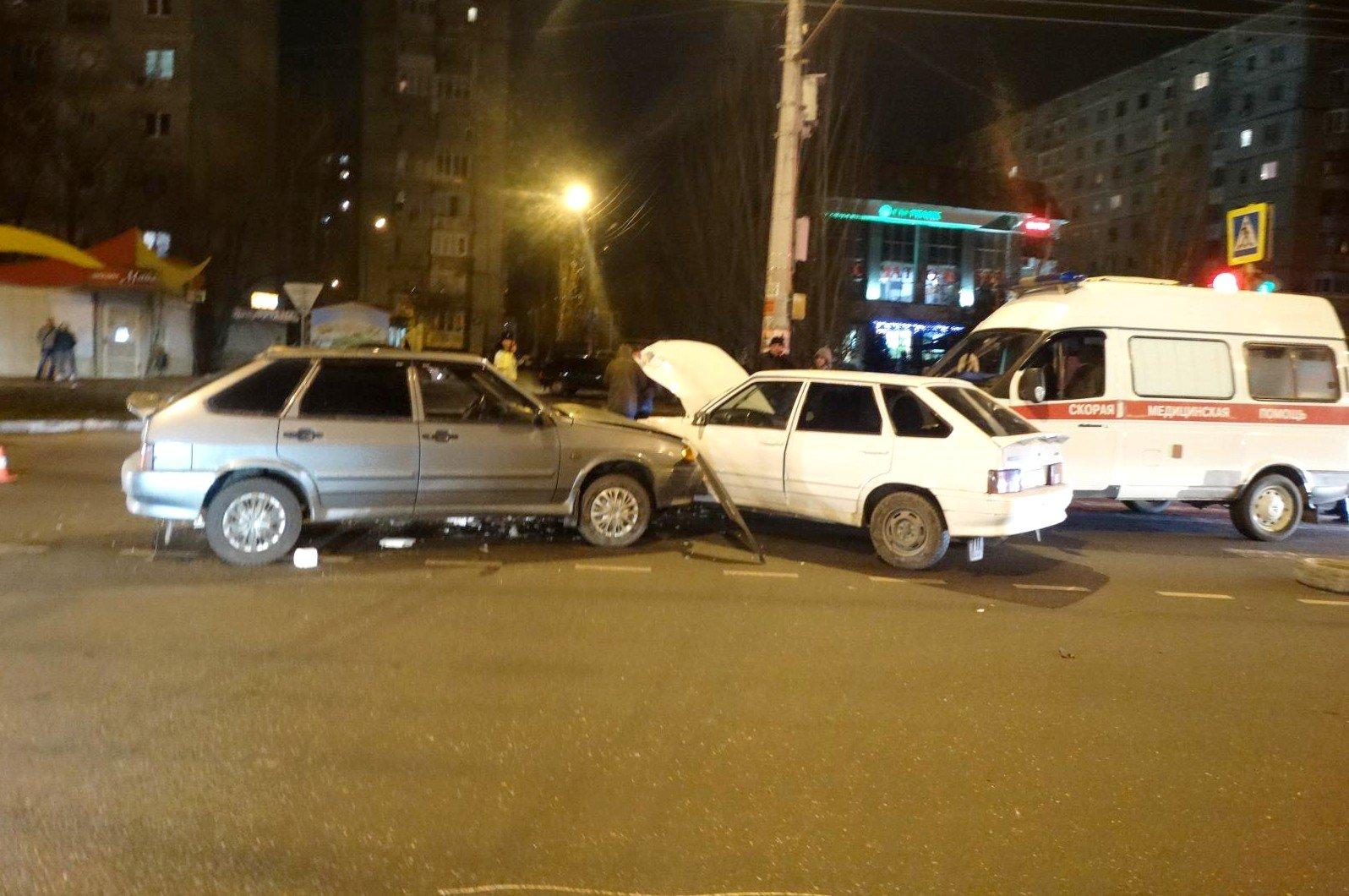 В Астрахани в тройном ДТП с участием скорой пострадала женщина