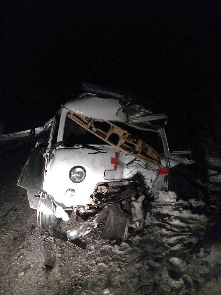9 декабря в Красноярском крае на автодороге «Миндерла-Схобузимское-Атаманово» произошло смертельное ДТП с участием автомобиля скорой помощи и иномарки «Тойота». По данным пресс-службы краевого ГИБДД, скорая помощь спешила на вызов. Предполагается, что 28-летний водитель спецмашины выехал на встречную полосу, чтобы обогнать следующее впереди транспортное средство, и столкнулся с движущейся во встречном направлении иномаркой.