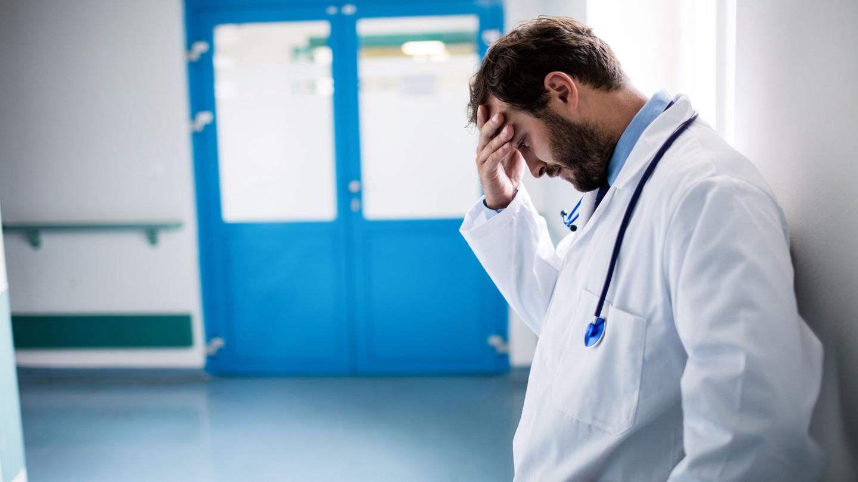 «Мне всё равно»: 99% врачей профессионально выгорают на работе