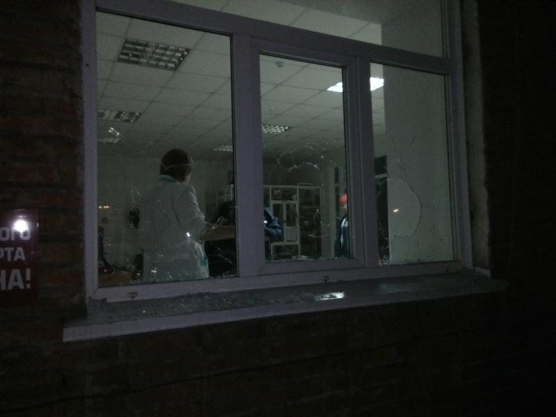 6 декабря в 14.00 часов дня в отделение полиции города Белово (Кемеровская область) обратился сотрудник охраны местной больницы. По данным пресс-службы регионального МВД, 28-летний местный житель разбил десять окон в больнице.
