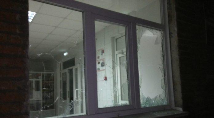 В Кемеровской области мужчина разбил 10 окон в больнице из-за долгого ожидания скорой