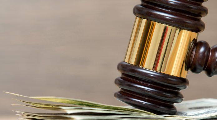 Жительницу Омска приговорили к 35 тысячам штрафа за сломанный нос медика скорой