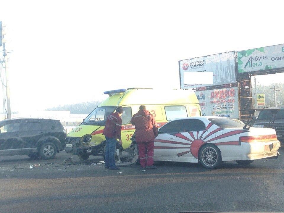В Барнауле иномарка врезалась в машину скорой помощи