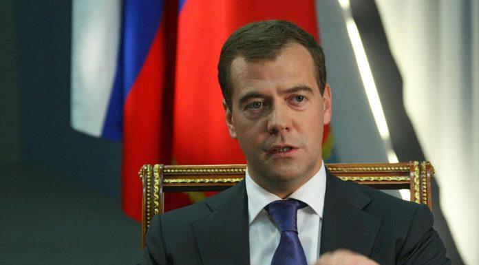 Медведев: врачи и учителя – ключевые группы, определяющие будущее России
