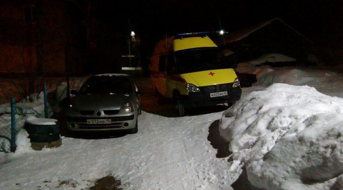 В Петрозаводске припаркованный автомобиль помешал проезду скорой помощи