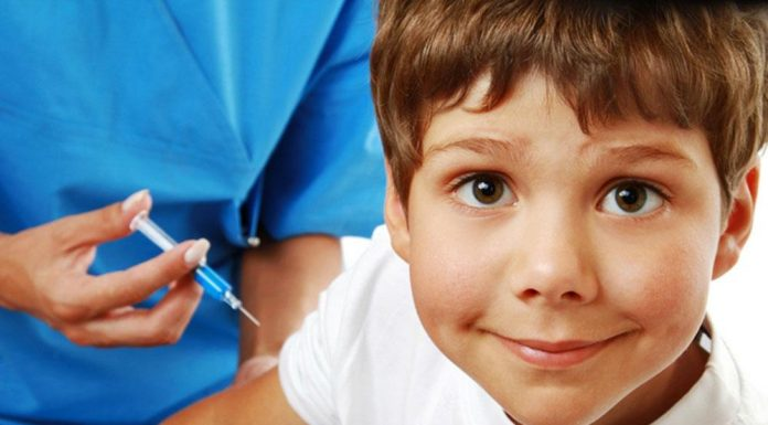 Эксперт: 90% отказавшихся от прививок родителей удаётся переубедить