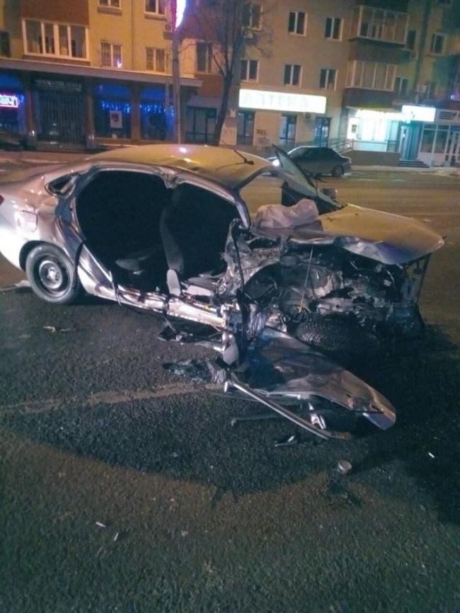 В Перми на перекрёстке улиц Ленина и Крисанова 12 марта в 04.20 часов утра произошло ДТП с участием скорой помощи и автомобиля «Лада Веста». В столкновении пострадали шесть человек, передают Новости Перми.