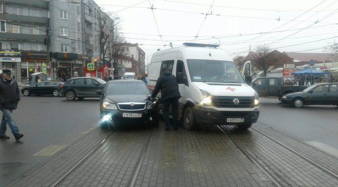 В центре Калининграда иномарка въехала в скорую