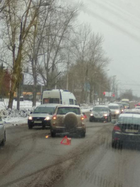 Утром 23 марта машина скорой помощи с включенными проблесковыми маячками и сиреной столкнулась с внедорожником Toyota Rav 4 и вылетела на встречную полосу, передаёт vnnews.ru. На опубликованном фото запечатлена проезжая часть улицы Нехинской в сторону Западного района.