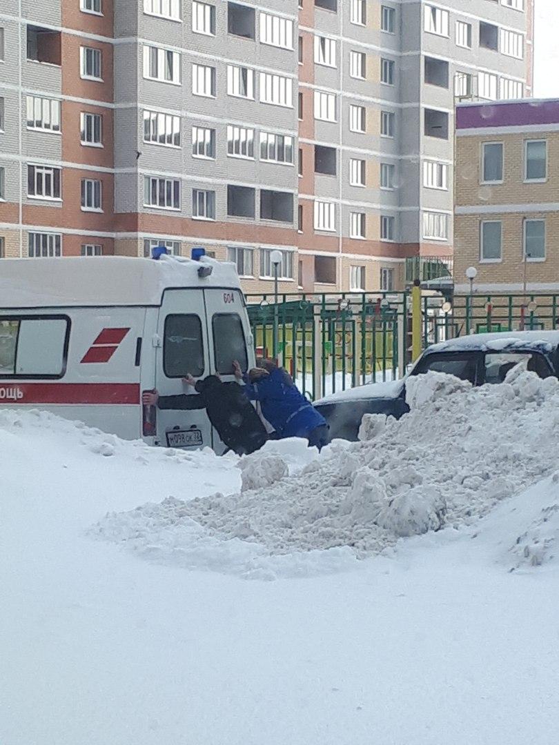В Брянске машина скорой помощи застряла в снегу