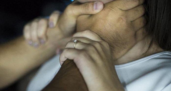 В Екатеринбурге пьяный пациент пытался задушить девушку-фельдшера