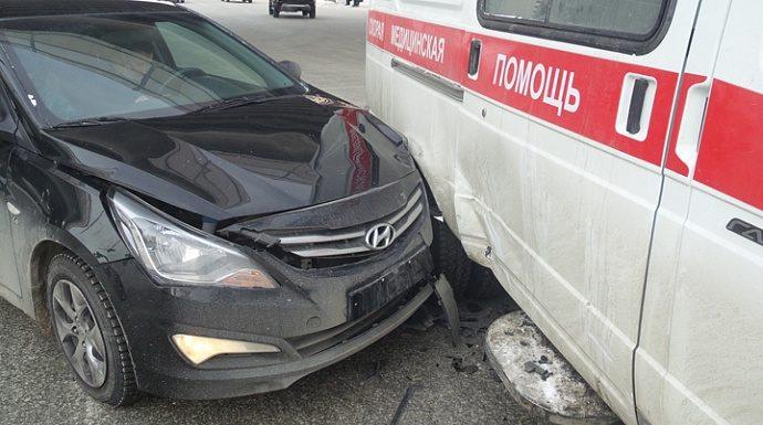 В Екатеринбурге легковушка врезалась в скорую с сиреной и мигалками