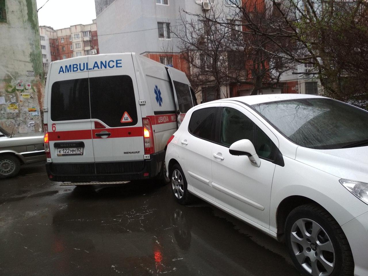 В Симферополе автомобиль заблокировал скорую помощь, ехавшую к тяжелобольному пациенту