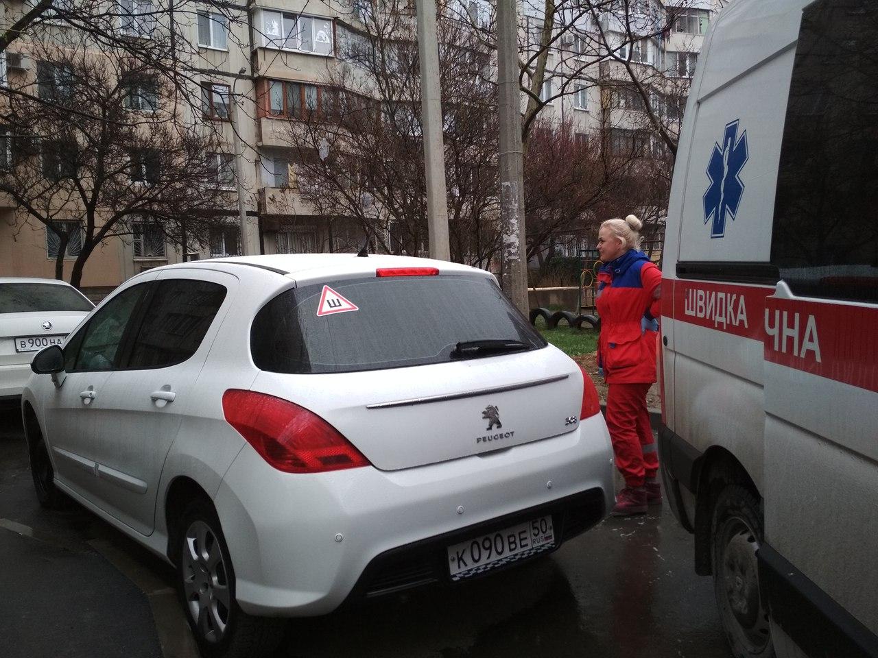 В Симферополе (Республика Крым) 24 марта по улице Куйбышева, 15 скорая помощь, ехавшая на вызов к тяжелобольному пациенту, не смогла подъехать к подъезду. По данным группы в ВК «Автопартнер Крым», в это время на носилках выносили человека с инсультом.