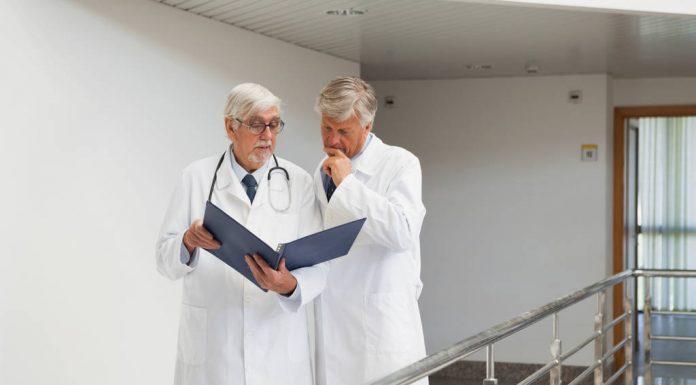 На Сахалине работающим врачам-пенсионерам предложили доплачивать по 10 тысяч рублей