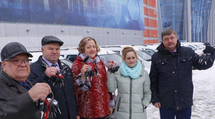 Омский губернатор подарил медикам 60 автомобилей, чтобы они не ходили на вызовы пешком