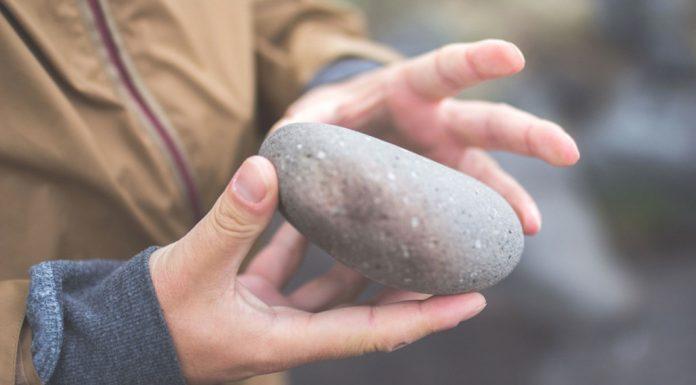 В Саратове неизвестные закидали камнями машину скорой помощи
