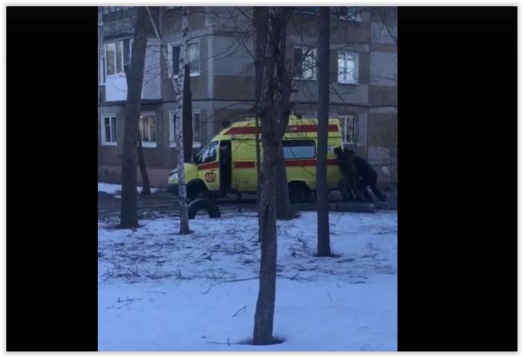 В Омске скорая застряла в яме во дворе дома по пути к ребёнку