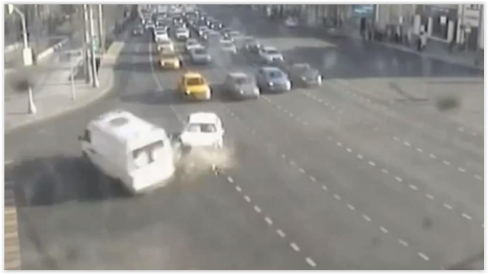 В центре Москвы Mercedes протаранил скорую помощь