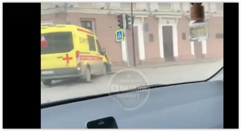 В центре Казани скорая протаранила легковушку