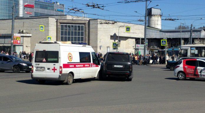 """В Санкт-Петербурге водитель на джипе протаранил машину """"скорой"""""""