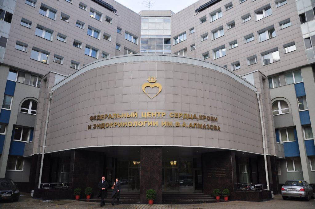 Дружба с властями, подготовка врачей и бесплатное лечение: чем занимается центр Алмазова?