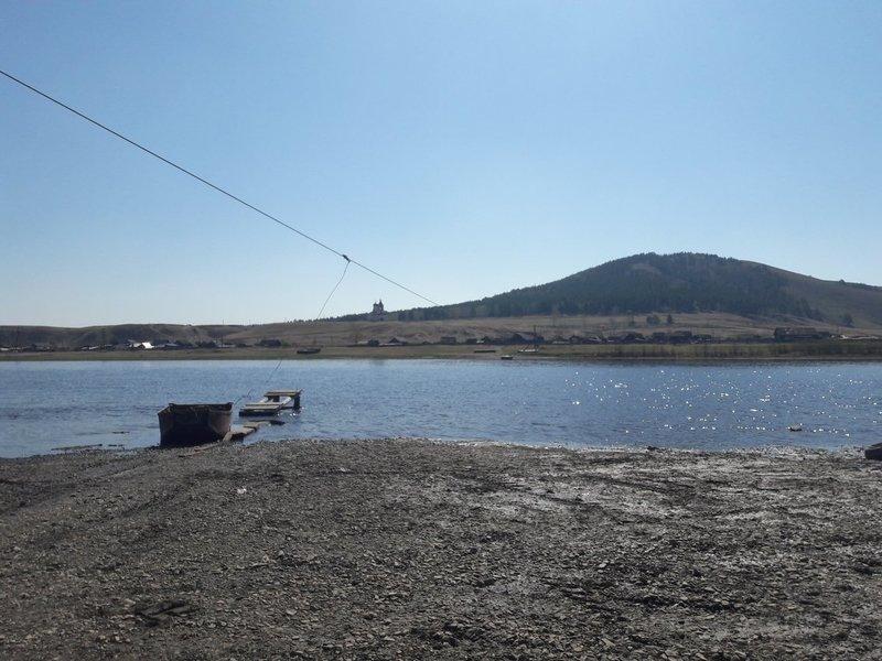 В забайкальском селе медсестре приходится переплывать реку на лодке по пути к пациентам