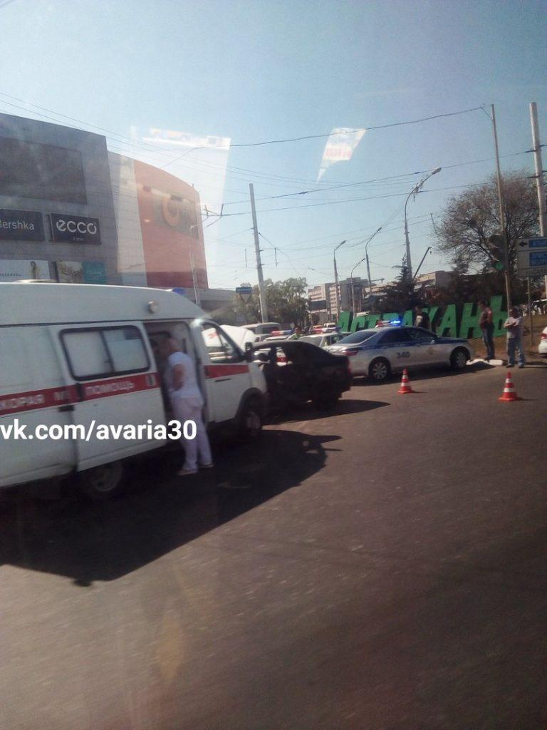 В Астрахани 15 мая на площади Вокзальной возе торгового центра «Ярмарка» произошло ДТП с участие скорой помощи и автомобиля Лада Калина. Об этом сообщила группа «Аварии Астрахань».