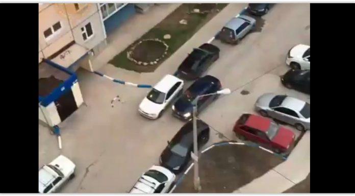 В Красноярске припаркованные у дома машины заблокировали проезд скорой