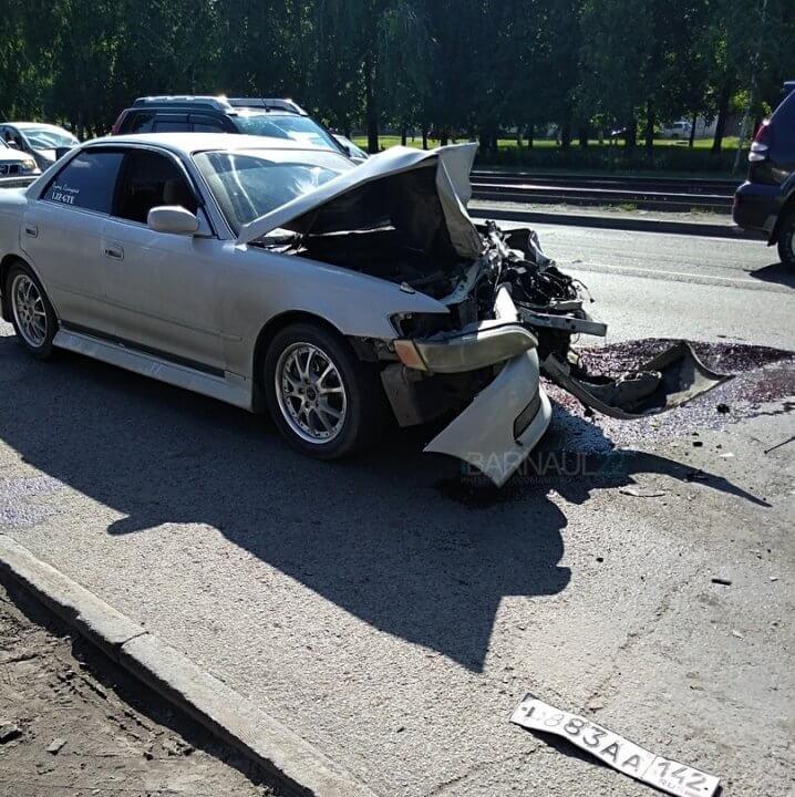 В Барнауле 14 июня на остановке «школьная» произошла серьёзная авария с участием автомобиля скорой помощи и иномарки Toyota Mark II, передаёт KP.RU. Как сообщают очевидцы, виновником аварии стал водитель «скорой», который якобы подрезал легковушку, и она в него влетела. Также есть информация, что в результате столкновения есть пострадавшие.