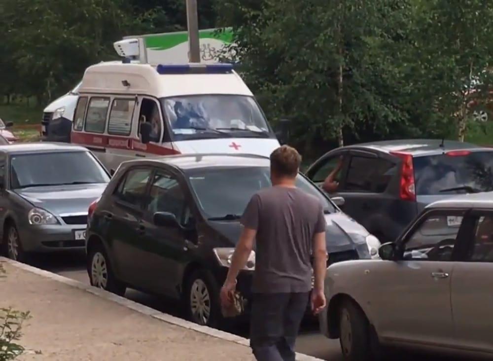 """В Смоленске автомобилист не пропустил """"скорую"""" и заставил всю колонну машин двигаться назад"""