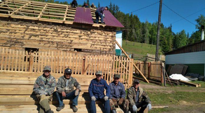 В Якутии местные жители самостоятельно восстанавливают сгоревшую больницу