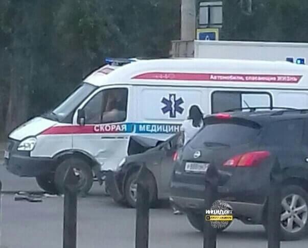 В Новосибирске автомобилистка въехала в скорую на красный сигнал светофора
