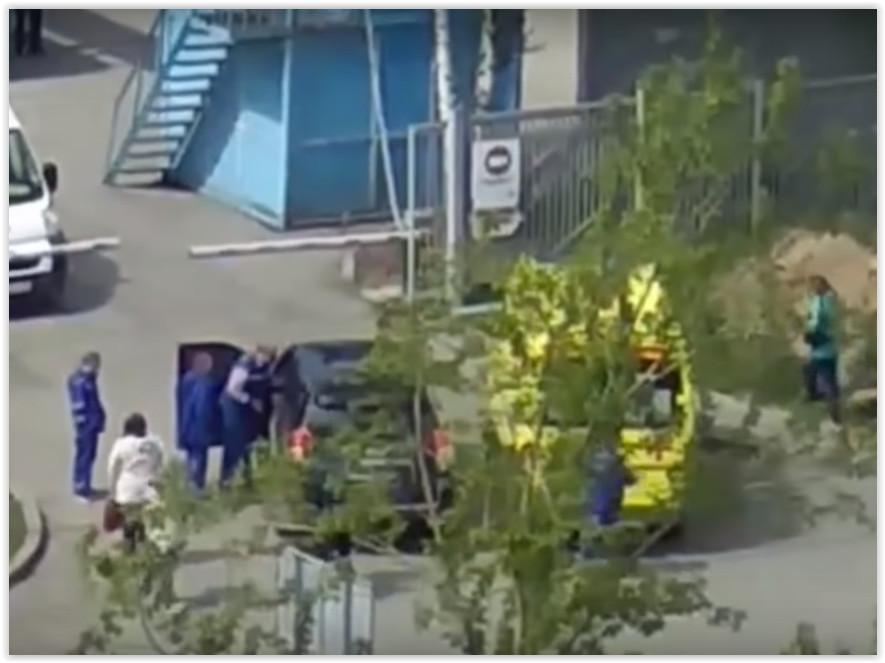 В Екатеринбурге водитель иномарки заблокировал скорую и намеренно сбил её водителя