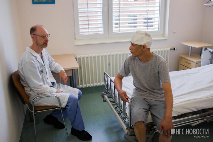 В Новосибирском центре нейрохирургии врачи спасли 39-летнего пациента с редким заболеванием – артериовенозной мальформацией (то есть клубком спутанных сосудов) в мягких тканях головы, передаёт НГС. Первые симптомы заболевания проявились у жителя Магнитогорска Челябинской области Амирбека Айменова ещё в пятилетнем возрасте — на голове из-за патологии сосудов возникло красное пятно. К 39 годам пятно разрослось и заняло большую часть головы — бугристое образование стало не только тёмного цвета, но и сильно болело. Также был риск опасного для жизни кровотечения.