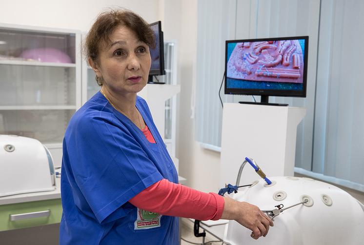 В симуляционном центре московской больницы имени Боткина есть робот-хирург и роботы-манекены, на которых врачи учатся проводить операции и принимать роды, передаёт ТАСС. Робот-тренажёр «Умник»