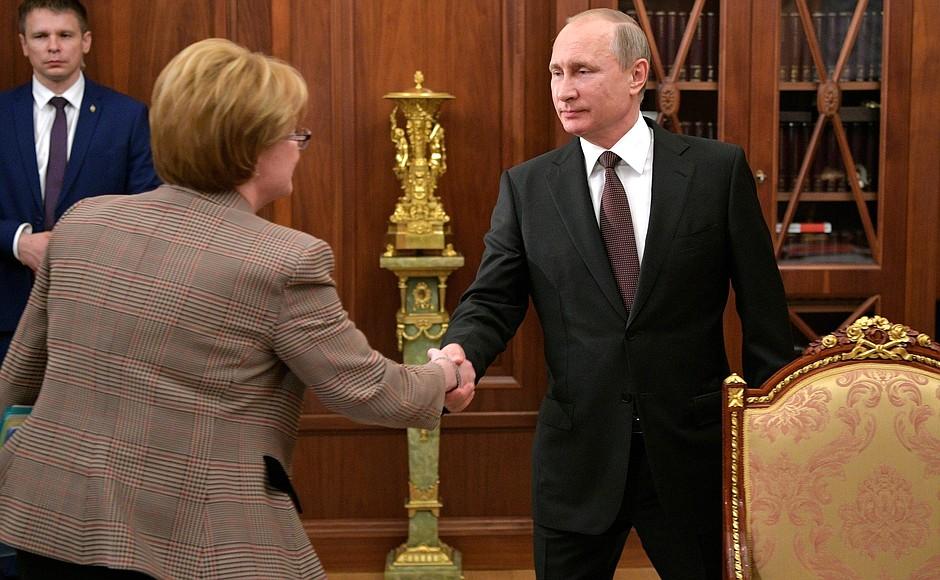 Скворцова рассказала Путину про белковые коктейли от рака