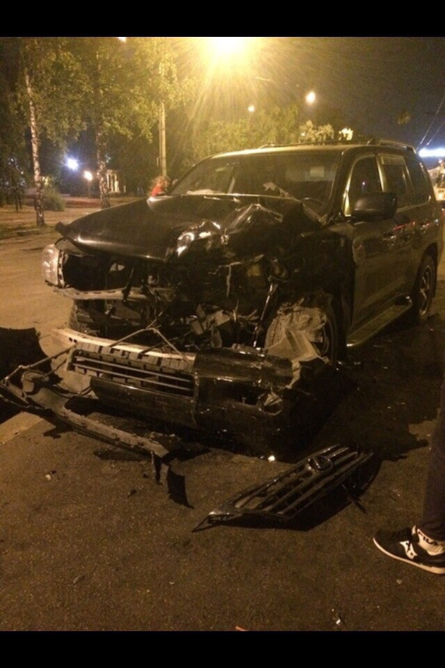 В Новокузнецке на проспекте Бардина 21 июля около полуночи произошло ДТП с участие трёх автомобилей: УАЗ скорой помощи, Lexus LX 570 и VolkswagenPassat. Врач погиб, водитель и фельдшер находятся в больнице в тяжёлом состоянии. По предварительным данным, УАЗ выехал с проезда Курбатова на проспект Бардина и повернул налево, в сторону вокзала. В этот момент ему в заднюю часть ударил Lexus, на большой скорости ехавший в ту же сторону со стороны домбытовского кольца. От удара скорую выбросило на встречку, где в это время двигался Volkswagen. Произошло лобовое столкновение. Водитель Lexus с места происшествия скрылся, – сообщили свидетели аварии.
