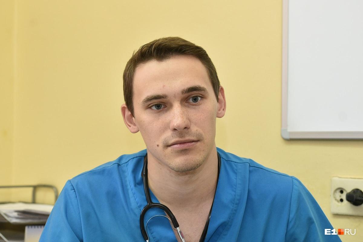 Молодые врачи 27-летняя Надежда Александрова и 25-летний Андрей Лизунов рассказали изданию e1.ru о том, почему они пришли на работу в екатеринбургский хоспис и чем работа в паллиативе отличается от других отделений. «Наверное, роль в том, что я пошла в онкологию, сыграла мамина болезнь. Когда я училась на 5–6-м курсе, у нее обнаружили новообразование, она прошла лечение, достигла ремиссии. Тогда ей было 42 года, сейчас 46, все нормально, слава богу. Мама 27 лет проработала в реанимации, и, смотря на нее, я тоже хотела пойти в медицину. Поступила, отучилась 6 лет на педиатрическом факультете. Я детский врач по первой специальности, но работать с детьми никогда не хотела», – рассказала Надежда Александрова.