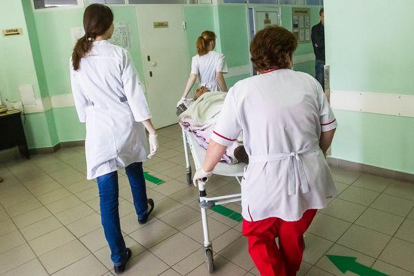 СК начал проверку после падения пенсионера с каталки в больнице
